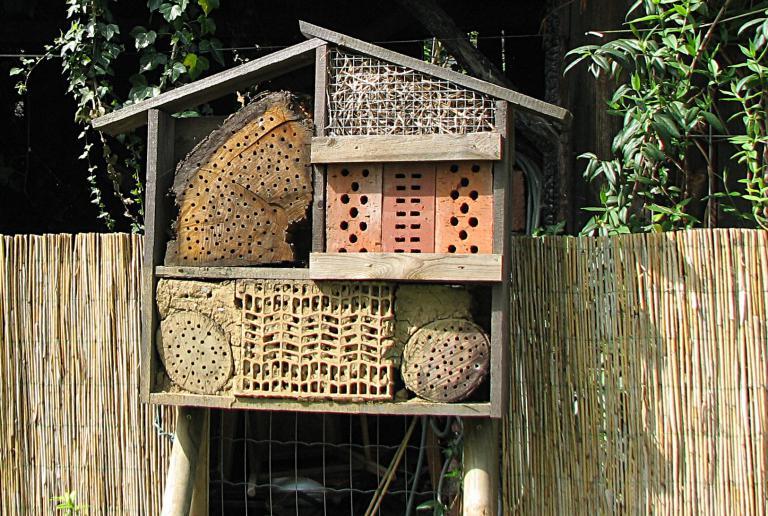 so wird ihr insektenhotel am besten angenommen stellen sie es an einen sonnigen und. Black Bedroom Furniture Sets. Home Design Ideas
