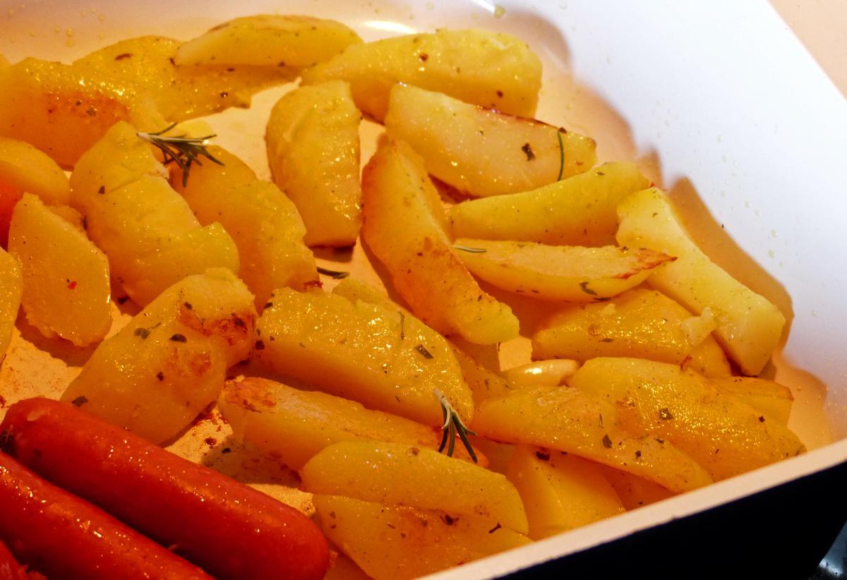 in der pfanne ger stete kartoffeln mit rosmarin ist ein gericht das nach urlaub schmeckt und im. Black Bedroom Furniture Sets. Home Design Ideas